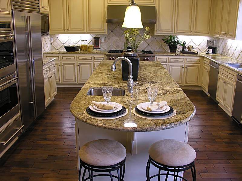 an island in the center of a kitchen